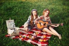 Ung lycklig flicka två på picknick Royaltyfri Foto