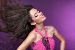 Ung lycklig härlig flickadans i disko-lampa royaltyfri fotografi