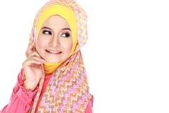 Ung lycklig härlig muslimkvinna med grönt bära för dräkt som är högt royaltyfri foto