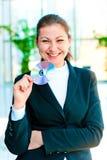 Ung lycklig hållande CD-SKIVA för affärskvinna Royaltyfri Foto