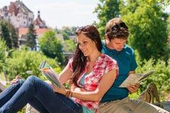 Ung lycklig handbok för stad för paravläsningsöversikt Fotografering för Bildbyråer