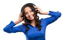 Ung lycklig isolerad stående för musik kvinna royaltyfria foton