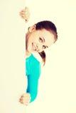 Ung lycklig kvinna för stående med det blanka brädet Royaltyfria Bilder