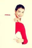 Ung lycklig kvinna för stående med det blanka brädet Arkivfoto