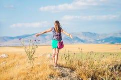 Ung lycklig kvinna i fältet Royaltyfri Foto