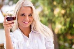 Ung lycklig kvinna med exponeringsglas av redwine Royaltyfri Foto