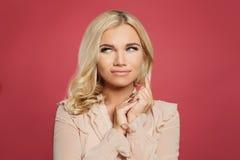 Ung lycklig kvinna på rosa bakgrund, rolig framsida royaltyfri fotografi