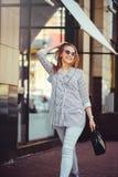 Ung lycklig kvinna som går runt om staden Royaltyfri Foto