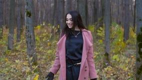 Ung lycklig kvinna som kastar Autumn Leaves arkivfilmer
