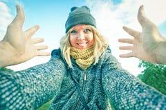 Ung lycklig kvinna som utomhus möter hennes pojkvän arkivbild