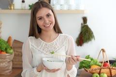 Ung lycklig kvinnamatlagning i köket Sunt mål, livsstil och kulinariska begrepp Den bra morgonen börjar med nytt arkivfoton