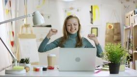 Ung lycklig kvinnlig student som avslutar hennes tes stock video