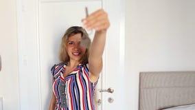 Ung lycklig le affärskvinna eller fastighet arkivfilmer