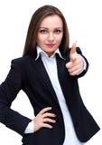 Ung lycklig le affärskvinna som pekar fingret på tittaren som isoleras på vit royaltyfri foto