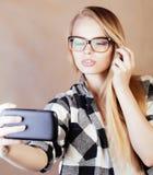 Ung lycklig le blond flicka för hipster med ryggsäcken som är klar till skolan, tonårs- livsstilfolkbegrepp Royaltyfria Foton