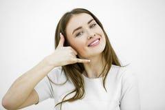 Ung lycklig le brunettkvinna med appell mig gest royaltyfri foto
