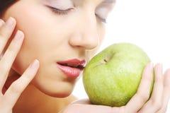 Ung lycklig le kvinna med äpplet arkivbild