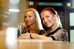 Ung lycklig le kvinna på restaurangen Arkivbild