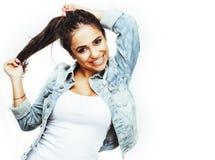 Ung lycklig le latin - amerikanskt emotionellt posera för tonårs- flicka på vit bakgrund, livsstilfolkbegrepp royaltyfri fotografi