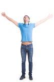 Ung lycklig man i tillfälligt med lyftta händer upp. Fotografering för Bildbyråer