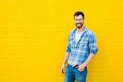 Ung lycklig man på guling Arkivfoton