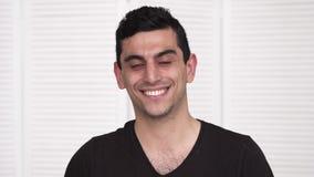 Ung lycklig mitt - östligt le för man stock video