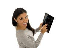 Ung lycklig och upphetsad latinamerikansk kvinna som rymmer digitalt le för minnestavlablock isolerat på vit Royaltyfri Fotografi