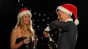 Ung lycklig paröppningschampagne på nytt år arkivfilmer