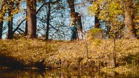 Ung lycklig pardans på banken av sjön lager videofilmer