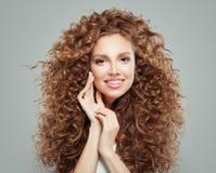 Ung lycklig rödhårig mankvinna med långt sunt lockigt hår Begrepp för håromsorg fotografering för bildbyråer