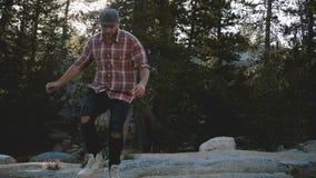 Ung lycklig stilig man som bara fotvandrar och att gå in mot kamera ut ur fokus på att förbluffa Yosemite nationalparkultrarapid stock video