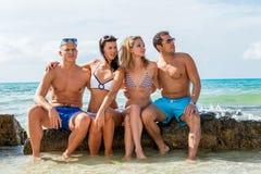 Ung lycklig vänhavingyckel på stranden arkivfoton