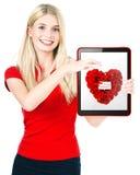 Ung lycklig valentin för kvinna show ett kort för gåva för dag Royaltyfri Foto