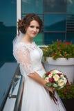 Ung lyxig brud med blommabuketten Arkivfoton