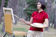 Ung målare i parkera Arkivbild