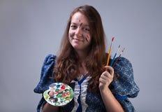 Ung målare med paletten och borstar Royaltyfria Bilder