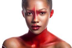 Ung mörkhyad flicka med abstrakt assymetriskt rött smink Fotografering för Bildbyråer