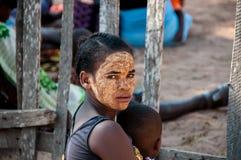 Ung malagasy kvinna i Morondava Arkivbilder