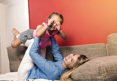 Ung mamma och att ha gyckel med hennes lilla dotter arkivbilder
