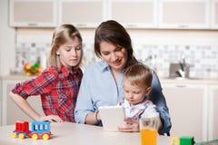 Ung mamma som spelar med barn Arkivbilder