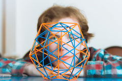 Ung man bak den volymetriska modellen Of Geometric Solid royaltyfri fotografi