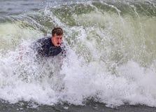 Ung man Bodysurfing Royaltyfri Bild