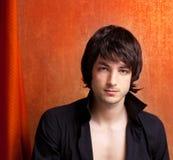 Ung man för brittisk look för indiepoprock på orange Fotografering för Bildbyråer