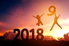 Ung man för kontur som är lycklig för 2018 nya år royaltyfria bilder