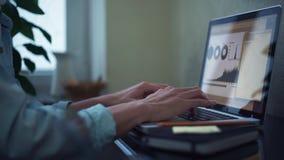 Ung man för ung man som hemma använder bärbar datordanandeanmärkningar i notepad arkivfilmer