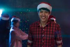 Ung man för stående och vänner för grupp som asiatiska unga tycker om dans Arkivbilder