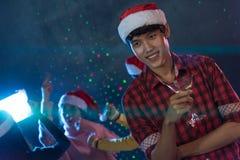 Ung man för stående och vänner för grupp som asiatiska unga tycker om dans Arkivfoton
