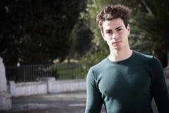 Ung man för stilfullt hår utomhus, intensivt ljus för åtsittande rät maska Royaltyfri Fotografi