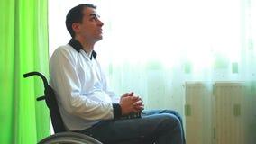 Ung man, i att be för rullstol vektor illustrationer