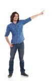 Ung man, i att peka för skogsarbetareskjorta Arkivbild